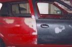 Vozidlo na rovnací stolici. Detailní pohled na spáru dveří