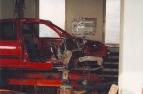 Vozidlo na rovnací stolici. Opravená střecha, odvrtaný pravý přední podběh a nosník