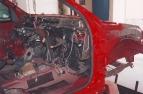 Vozidlo na rovnací stolici. Přivařený pravý přední sloupek a nosník s podběhem
